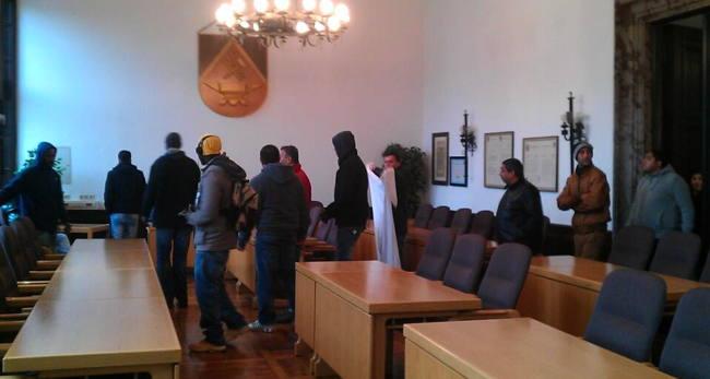 Die Geflüchteten auf dem Weg in den Ratssaal.