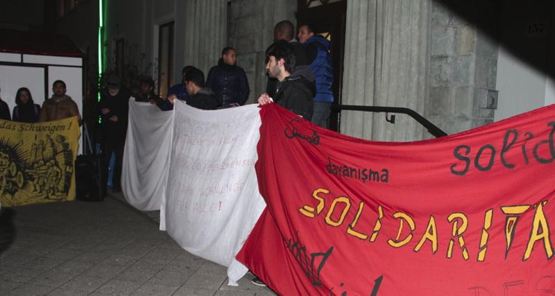 Die Geflüchteten auf der Rathaustreppe in Heiligenhaus