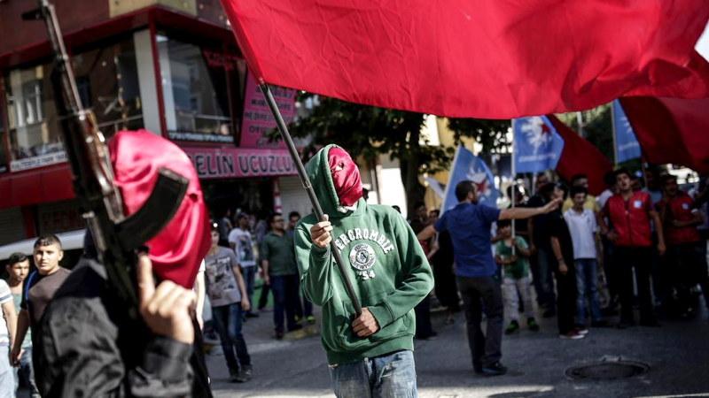 Milizen beschützen Beerdigung von Suruç-Opfer in Istanbul